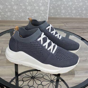 Продаются кроссовки. 37 размер. Удобные, на высокой подошве, мягкие. В