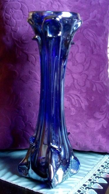 Antikvarne vaze   Srbija: Vaza Zajecar nova,plava,prelama se u boju srebra. puno staklo. visina