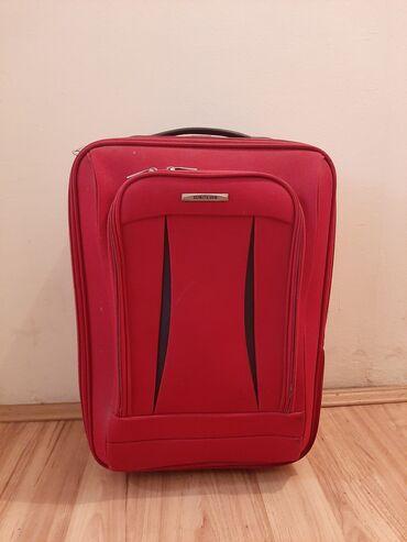 Polovan kofer za putovanje sa malim vidljivim ostecenjima. Dimenzije ~