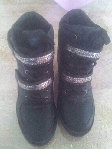 Ženska patike i atletske cipele | Jagodina: Crne patike sa skrivenom petom. Broj 36. Imaju malo ostecenje iza