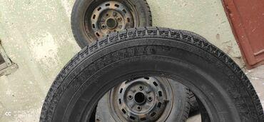 шины r13 в Кыргызстан: Продаю Зимние шины сост. Отличное. 205/70/R15 ( Только 1 штука ).  Зад
