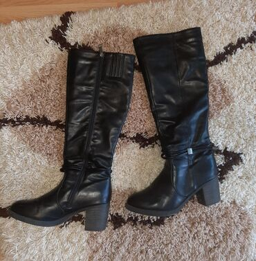 Ženska obuća   Pozarevac: Cizme su u super stanju, broj je 41 - 26,5 gaziste