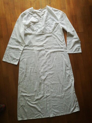 Spavacica nova sa belim vezom oko vrata, dugi rukav, ispod kolena