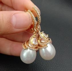 Драгоценные камни -фианит, белый каплевидный жемчуг, качество высокое