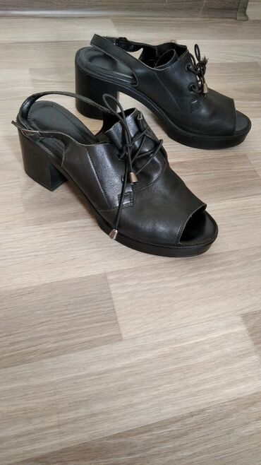 Туфли босоножки натуральная кожа мягкая. Можно не на узких ног. Брала