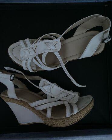 Bele sandale na ortoped petu