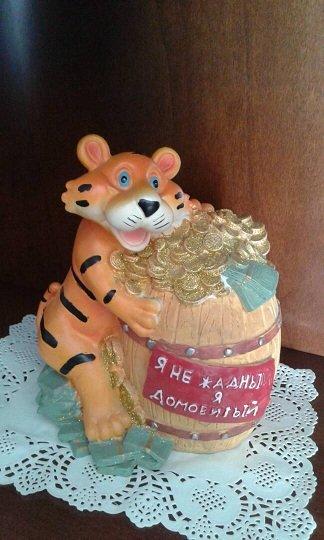 "сувенир копилка ""тигрёнок с бочонком монет"". Надпись на бочонке: ""Я в Бишкек"
