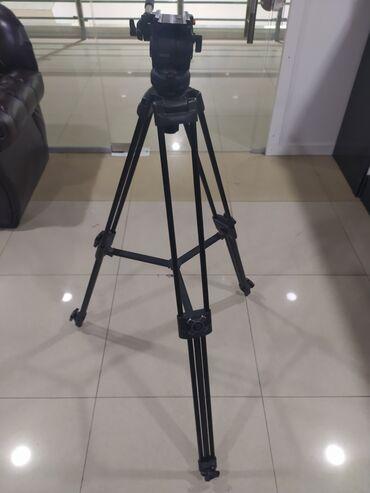 Видеокамера профессиональная - Кыргызстан: Продаю штатив в хорошем состоянии отсутствует площадка в остальном всё