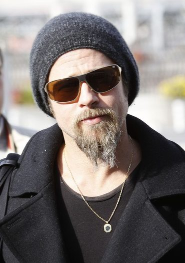 Kapa koju nosi Bred Pit na slici, identicna, grafit boje. - Cacak