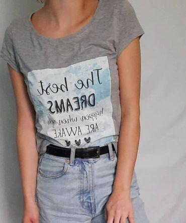 Siva majica sa aplikacijom, dobijena na poklon i nikad nije nosena