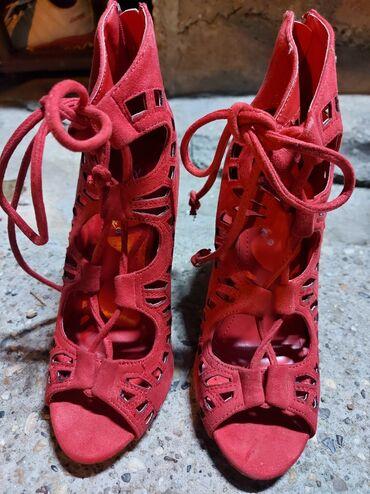Crvenw Stikle37broj.Nove su,ja ih nisam nosila jer sam zaboravila da