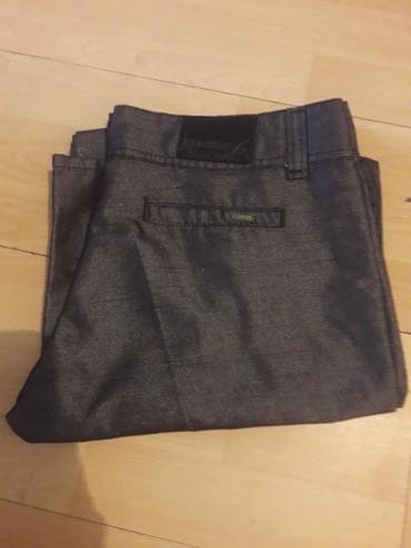Pantalone-boja - Srbija: Pantalone,elegantne.Siva boja,koja malo sija.Zvonaste nogavice.Nisu