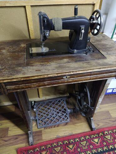 швейная машинка зингер цена в Кыргызстан: Продаю швейную машинку. Два в одном. Ножная и стоит моторчик. В