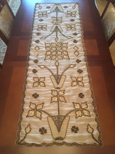 Bakı şəhərində Arqanz parca uzerinde xalis el islemesi dekor sufre uzeri muncuq ve