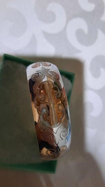 Красивый серебряный браслет с национальными узорами. С накладной