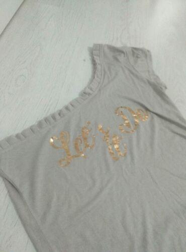 Majica na jedno rame, sa natpisom i karnirom. Bez oštećenja
