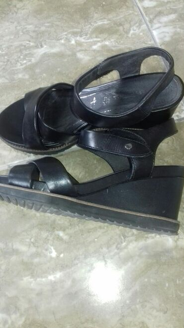 Ostalo | Veliko Gradiste: Sandale puna peta kao nove sa jednom tackom ostecenja cena dogovor br