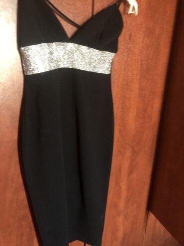 Αφόρετο βραδινό φόρεμα με εντυπωσιακό κόψιμο στο ντεκολτέ και στην