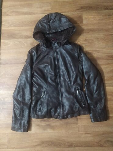 Женская куртка, ЭКО кожа, внутри утеплённая,карманы на замочке,внутри
