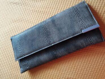 Bez torbica - Srbija: Braon pismo torbica. Imitacija zmijske kože. Zatvara se na magnet, ima