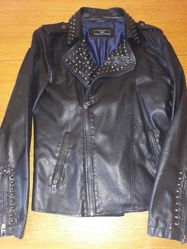 Zenska jakna Zara ima dve tackice jeva primetne
