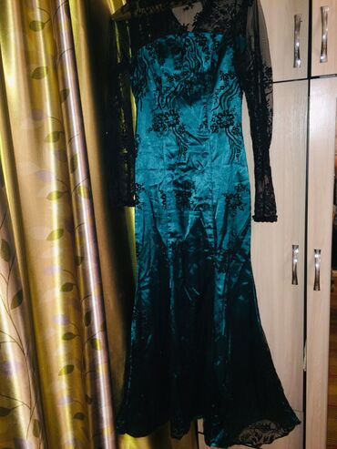 Продаю платье шила самаРазмер М Вечернее Фасон рыбка Сзади маленький