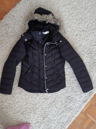 Ski jakne - Srbija: Prelepa crna jakna. Kapuljaca se skida,cak se i krzno sa kapuljace