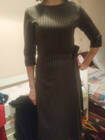 Платье 32 размер, М, находимся в 8 микр. Состояние отличное. Темно