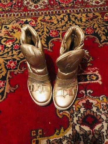Другая женская обувь в Кыргызстан: Сникерсы золотистом цвете,очень удобные,один минус где железки