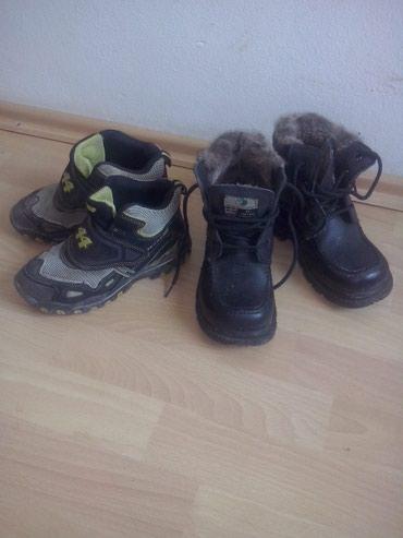 Dečija odeća i obuća - Varvarin: Akcija 2para zimskih cipela br 30.31 crne sa krznom potpuno nove cena