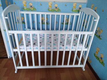 Детская мебель - Бишкек: Детская кроватка,манеж,качается,есть колеса тоже, в отличном