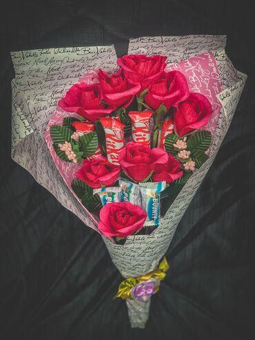 букеты ручной работы в Кыргызстан: Букет ручной работы, цветы с конфетами в Нутри украшение kitkat и bo