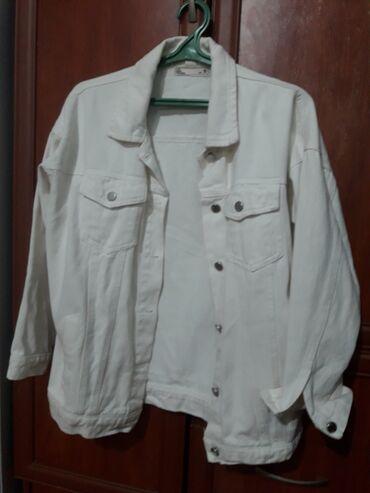 Продаю джинсовую куртку. Белого цвета. Размер S, стоимость 1200