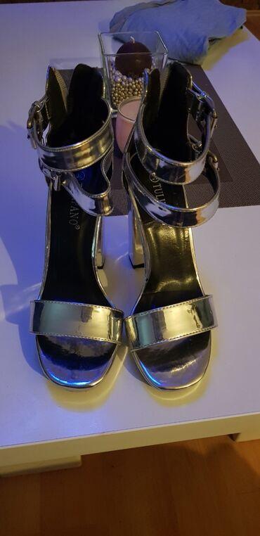Srebrne sandale, broj 36, imaju kaiscice i debelu stiklu