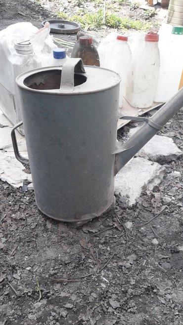 Лейка за 2 литра масло отдам протикает на основании носика