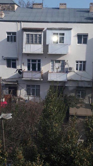 Bakı şəhərində Yeni Suraxanı qəsəbəsində 2 otaqlı mənzil satılır. Mənzil 3 mərtəli bi