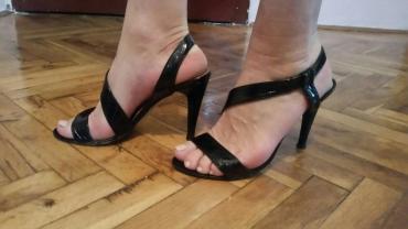 Italijanske lakovane svecane sandale. Broj 39. Cena 400 din