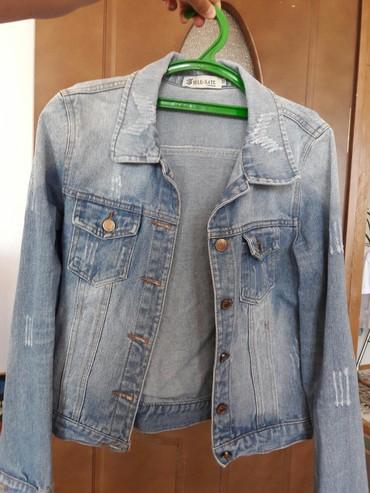 Женская одежда в Чолпон-Ата: Джинсовая курточка (М) в отличном состоянии