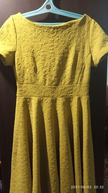 Личные вещи - Кызыл-Туу: Продам платье из плотного материала зеленовато жёлтое. Длина чуть ниже
