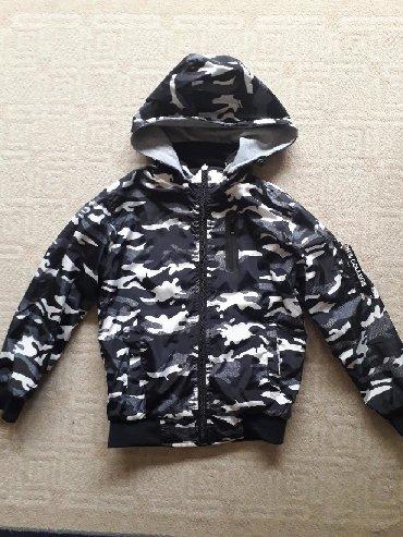 Dečija odeća i obuća | Krusevac: Prolecna jakna sa dva lica,kapuljaca se skida,vel 10,duzina 52,sirina