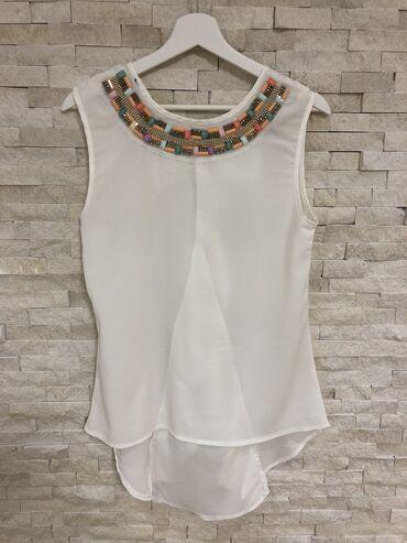 Ženske majice - Srbija: Bela majica ( tunika) neobicnog kroja, pozadi je duza ( fotografija br