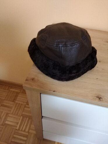 KOŽNA ŽENSKA KAPA Kapa je od prirodne kože tamno braon boje