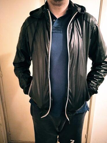 Tanka muška jakna šuškavac sa kapuljačom u odličnom stanju. Teget boja