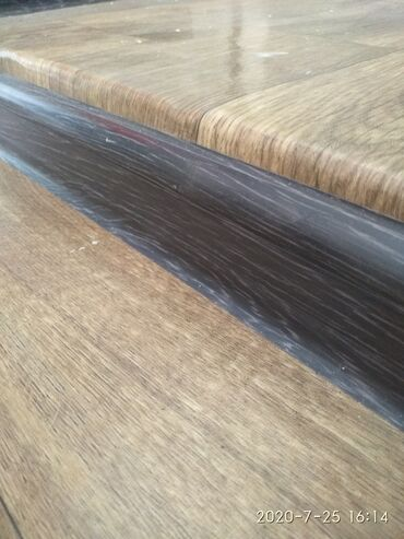 Плинтус новый ( 25 шт по 2,5 метра), линолеум 2 куска ( 2,5 на 3,5 и 2