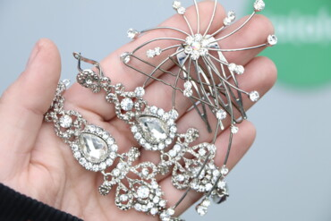Украшения - Киев: Комплект з сережок з камінчиками та шпильки для волосся    Довжина сер