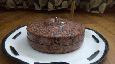 Сувенир жаргылчак красный гранит диаметр 13 см полированный работает