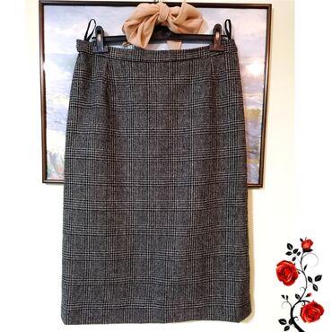 Lepa suknja ravnog kroja, moze i za poslovnu odevnu kombinaciju.  L v