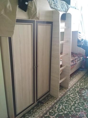 Продаётся двухъярусная кровать, с двумя шкафами. в Ош
