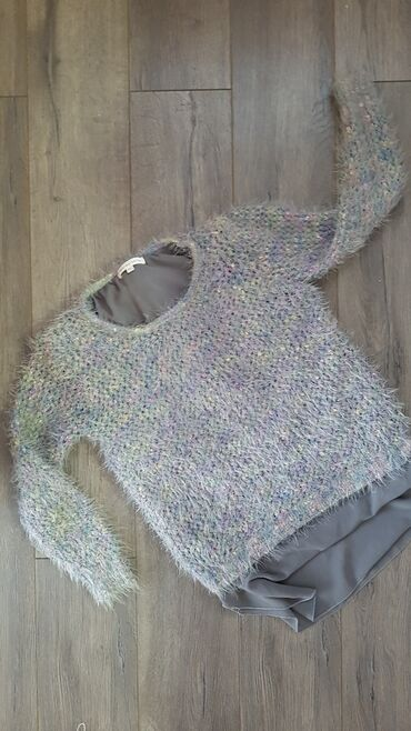 Ženska džemperi - Srbija: Dzemper sa postavom i cibzarom na ledjima,veoma lep i moderan.Nosen je