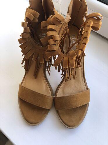 Женская обувь - Кыргызстан: Модные новые босоножки, каблук 7см. Бахрома на уровне щиколоток